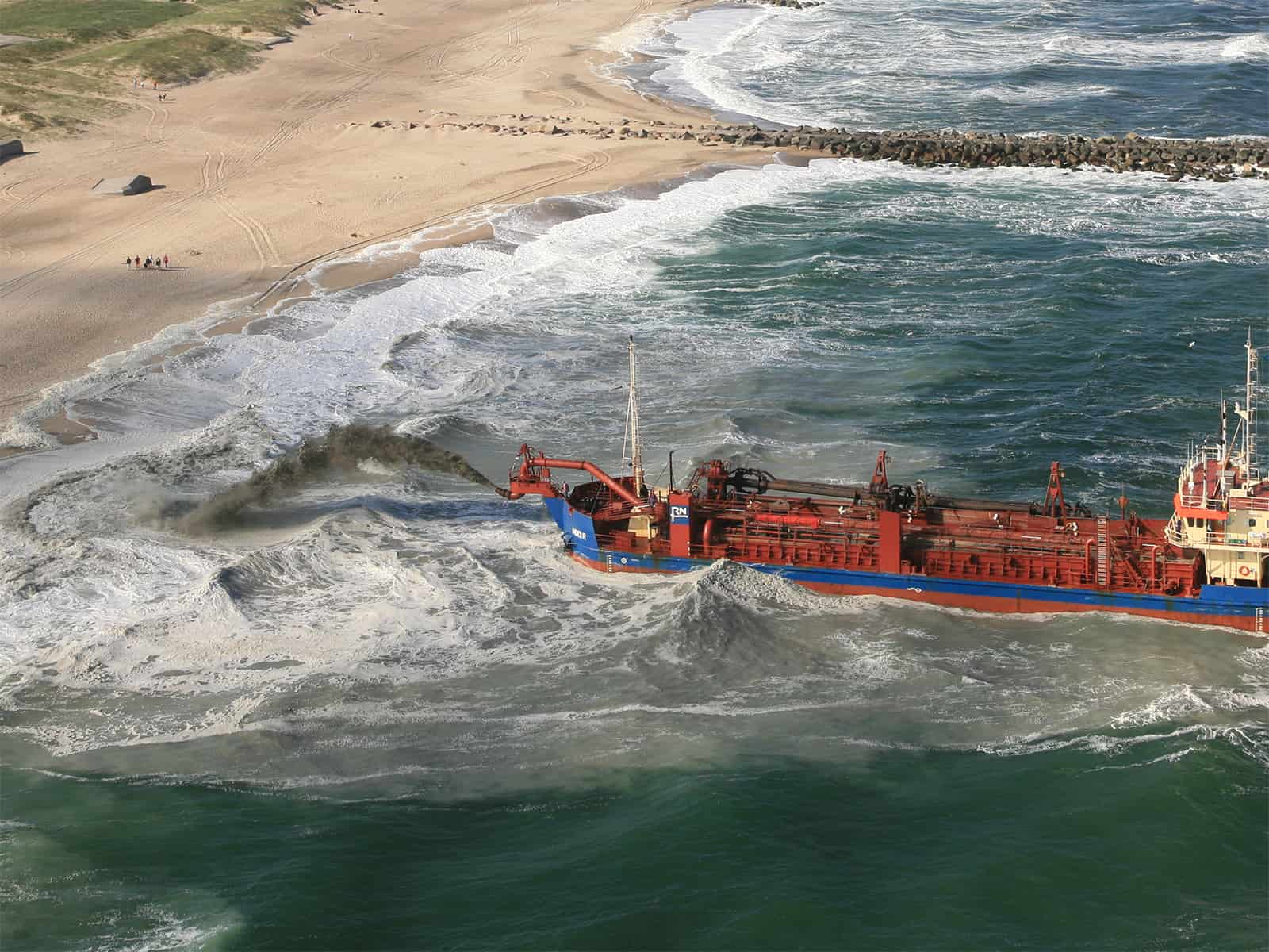 Beach nourishment – trailing suction hopper dredger rainbowing